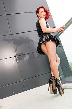 Culo Sexy Látex Mini Vestido en el Balcón