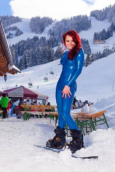 Latex Catsuit Snowboarding in Maria Alm