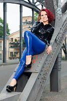 Bluse mit blauer Leggings