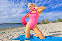 Gummipuppe am Strand