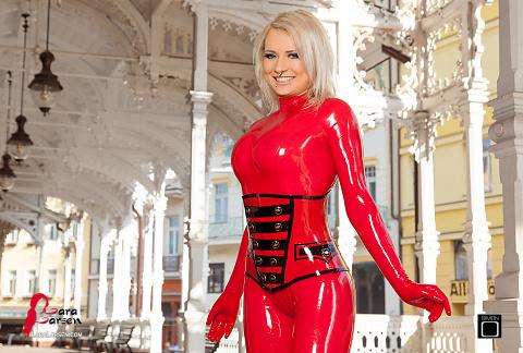 Karlovy Vary chica de látex