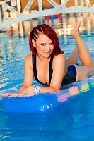 Latex Badeanzug am Hotelpool