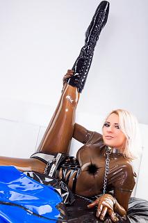Látex y cinturón de castidad
