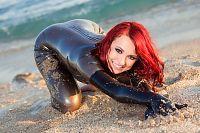 Mouillée sur la plage