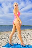 Резиновая кукла на пляже