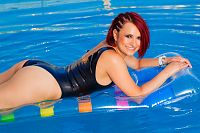 Traje de baño de látex en la piscina
